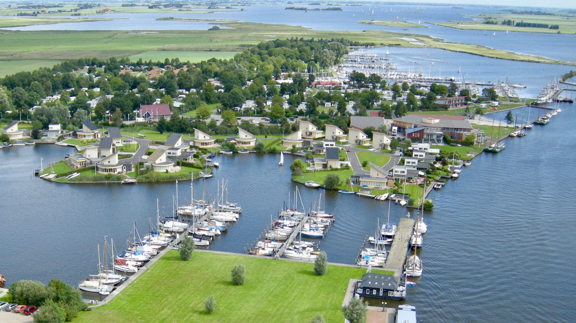 Luchtfoto van vakantiehuis aan het water in koudum in Friesland