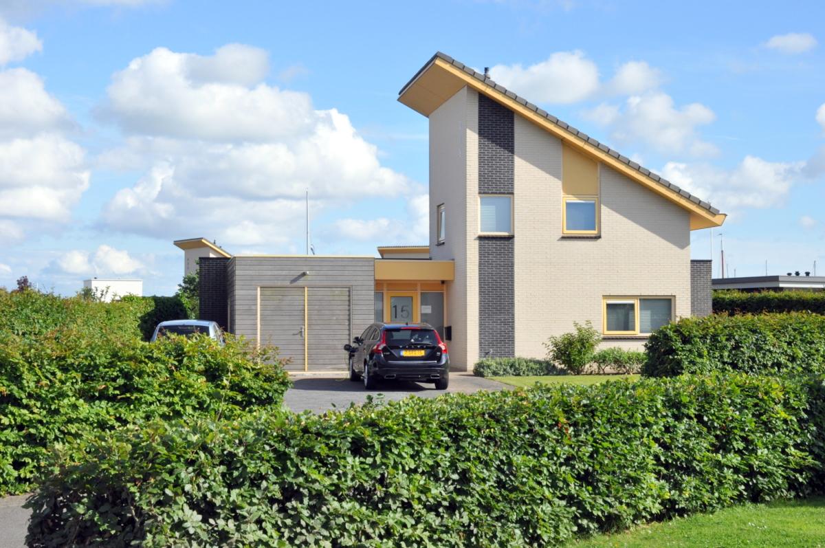 Voorkant vakantiehuis aan het water in Friesland
