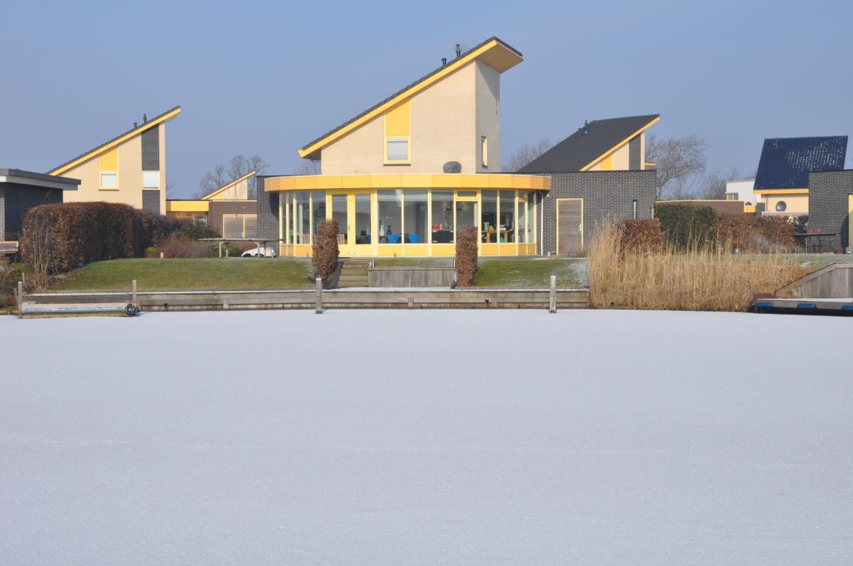 Vakantiehuis Friesland in de water aan het water