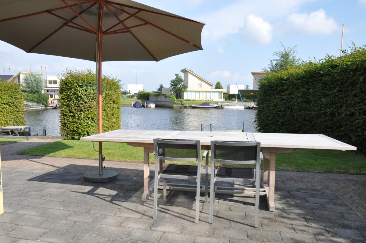 Buitentafel van vakantiehuis aan het water in Friesland in Koudum