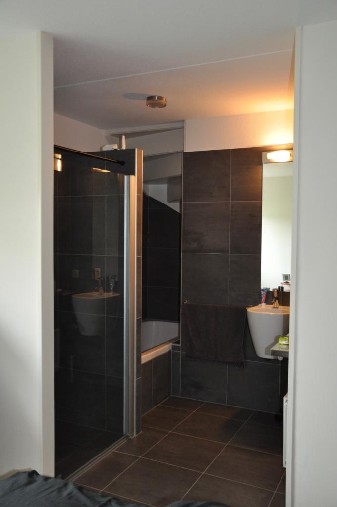 Badkamer master bedroom van vakantiehuis in Friesland aan het water