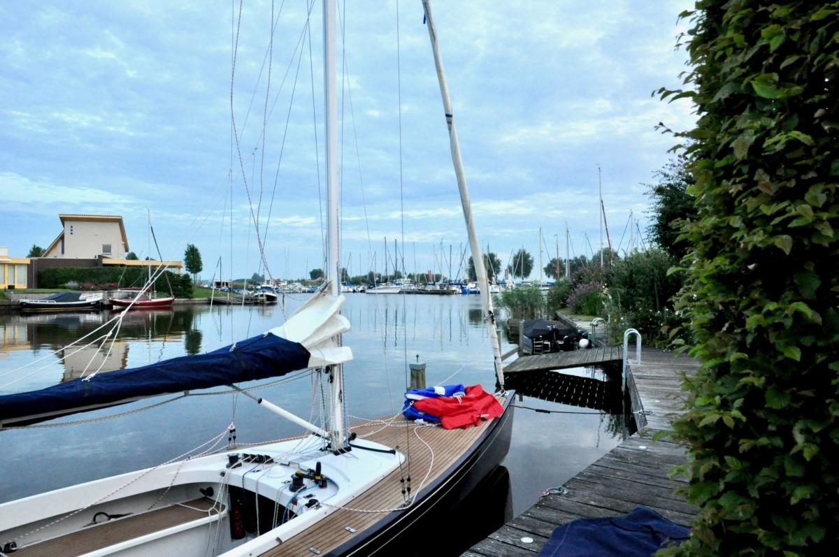 Aanlegplaats aan de steiger voor boot bij vakantiehuis Koudum aan het water in Friesland