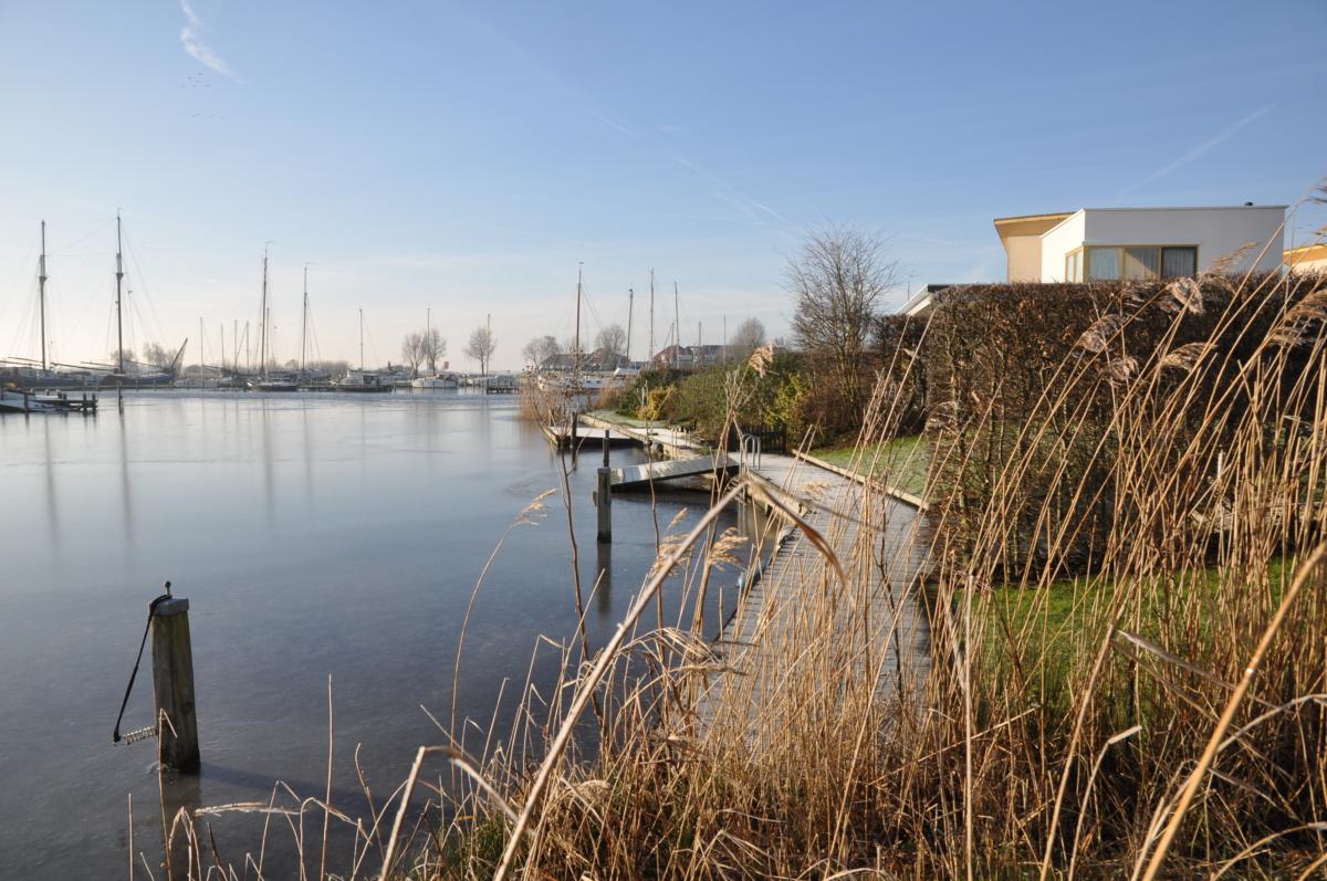 Riet steiger vakantiehuis aan het water in Friesland