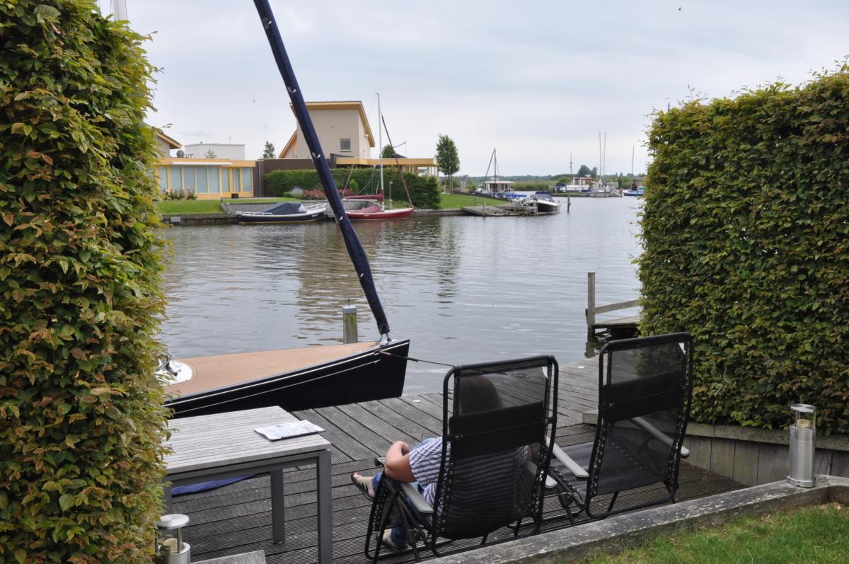 Relaxen op de vlonder bij vakantiehuis aan het water in Friesland in Koudum